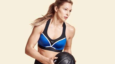 Een vrouw doet aan fitness.
